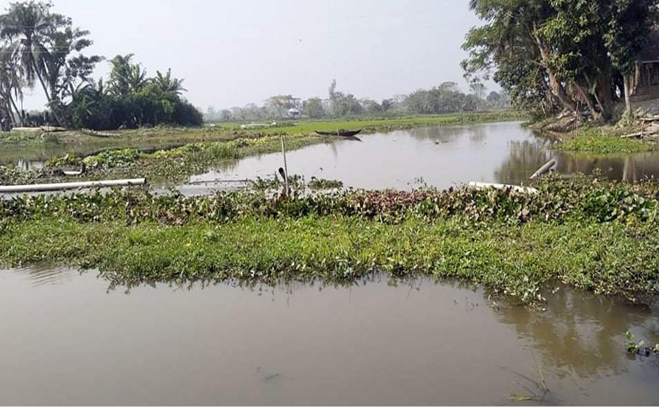 Photo of খালের দুইপাশে বালু দিয়ে ভরাট করে মাছ চাষ