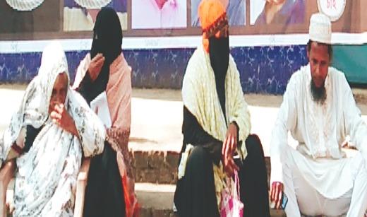 Photo of বানারীপাড়ায় কবির হত্যা মামলার বিচারের দাবীতে বৃদ্ধ মায়ের অবস্থান